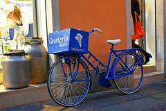 Trasporto alternativo (MarinoLandolfo) Tags: biciclette gelataio gelati gelateria latteria trasporto due ruote negozio