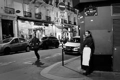 Le serveur de la Jean Rue Beausire (Paolo Pizzimenti) Tags: fille amoureux éloigner serveur nuit paris paolo olympus zuiko omdem1mkii penf 75mm 17mm f18 film pellicule argentique doisneau