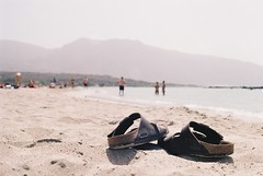 Moi, mes sandales (jfelixb23) Tags: grèce greece elafonissi lagon lagoon rose crète voyage travel backpacker canon ae1 sandales sandals birkenstock plage sable beach sand