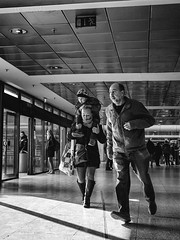 follow the sign (berberbeard) Tags: hannover fotografie photography urban berberbeard berberbeardwordpresscom germany ilce7m2 itsnotatrick street primelens festbrennweite zeiss 35mm sony deutschland 35talifeproject 35mmprimelens 35x35 menschen people fixedfocallength fixedfocaljunkie schwarzweiss blackandwhite monochrome bnw