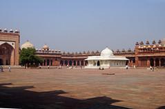 2018-10-26 0627 Indien, Fatehpur Sikri, Jama Masjid-Moschee, Innenhof (Joachim_Hofmann) Tags: indien uttarpradesh fatehpursikri moschee jamamasjid salimchishtimausoleum islamkhanmausoleum