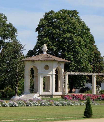 Dans le jardin, villa Arnaga (1903-1906), Cambo-les-Bains, Labourd, Pays basque, Pyrénées Atlantiques, Aquitaine, France.