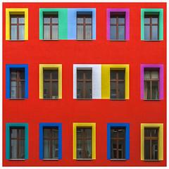 3x5 (Blende1.8) Tags: berlin front fassade facade red redbuilding building wohnhaus berliner germany architecture window windows fenster colorful colourful vividcolours vivid urban rot architektur stadt city yellow square quadrat レッド aka 猩々緋 紅赤 バラ 薔薇色 ばら色 バラ色 茜色 臙脂 銀朱 深緋 ワイン 紅 真紅 深紅 いろ 色 赤色 红色 czerwień czerwony rosso rood laranja röd rooi أحمر bermeyu carmín kırmızı roig đỏ rød červená diversity vielfalt bunt
