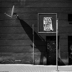 Fuck wars - Těšín (Czeski Cieszyn), Czechy 2018 (Tu i tam fotografia) Tags: blackandwhite noiretblanc enblancoynegro inbiancoenero bw monochrome czerń biel czerńibiel noir czarnobiałe czechy česko českárepublika antena antenna plakat war wojna ulica street streetphoto fotografiauliczna streetphotography chodnik sidewalk budynek building miasto city town ściana wall poster placard afisz rysunek drawing picture drzwi door wars sztuka art streetart architektura architecture outdoor blancoynegro biancoenero