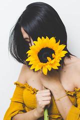Serie Sunflowers (manuel.rivero93) Tags: flores flor sunflowers girasol mujer amor woman sunflower canon canont3i canon50mm 50mm portrait retrato bauty belleza hermosa canonphotography hair blackhair petals yellow amarillo cute