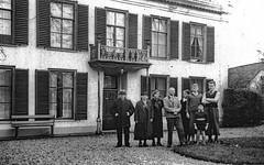 Renkum Huize Veldheim met onbekende familie coll Lies van de Broek (Historisch Genootschap Redichem) Tags: renkum huize veldheim met onbekende familie coll lies van de broek