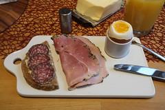 Bio-Stracke und Kräuterschinken (vom Tebbehof) auf Dinkeldosenbrot zum Frühstücksei (multipel_bleiben) Tags: essen frühstück eier wurst salami schinken brot