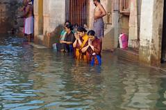 2018-10-23 0242 Indien, Varanasi, Sonnanaufgang am Ganges, Badende (Joachim_Hofmann) Tags: indien varanasi ganges ghat badende heiligewaschung badendefrauen