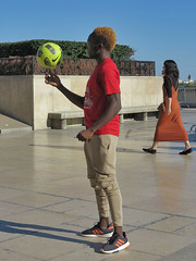A black juggler plays with the ball (pivapao's citylife flavors) Tags: paris france trocadero streetartist