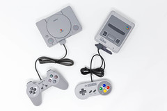 Super Nintendo und Playstation Classic Konsolen auf weißem Hintergrund (verchmarco) Tags: e3 nintendo playstationmove zocken supernintendo retro sony computerspiele games gamescom gaming electronics elektronik device gerät technology technologie equipment ausrüstung wireless kabellos connection verbindung computer isolated isoliert display anzeige control steuerung noperson keineperson telephone telefon plastic kunststoff appliance portable tragbar internet screen bildschirm illustration videorecording videoaufnahme monitor fish christmas animals sunshine colorful boeing india balance lights duck