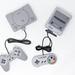 Super Nintendo und Playstation Classic Konsolen auf weißem Hintergrund