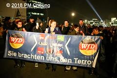 """Rechter Aufmarsch von """"Wir für Deutschland (WfD)"""" und antifaschistische Gegenproteste – 09.11.2018 – Berlin - IMG_9145 (PM Cheung) Tags: wirfürdeutschlandwfd trauermarschfürdieopfervonpolitik antifa gegenprotest berlinmitte demonstration verbot andreasgeisel novemberpogrome 09112018 regierungsviertel tiergarten hauptbahnhofberlin neonazis afd rechtspopulisten berlingegennazis 80jahrestagreichspogromnacht wfdaufmarsch auchnach80jahren–keinvergessenkeinvergeben reclaimclubculture faschismuswegbeamen polizei pmcheung demo protest kundgebung 2018 protestfotografie pomengcheung mengcheungpodemo antifaschisten b0911 wwwpmcheungcom rechtsruck berlinerbündnisgegenrecht lichtangegennazis facebookcompmcheungphotography"""