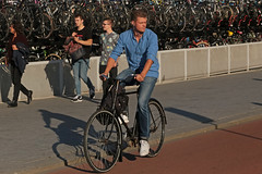 De Ruijterkade - Amsterdam (Netherlands) (Meteorry) Tags: europe nederland netherlands holland paysbas noordholland amsterdam amsterdampeople candid streetscene people centrum center centre deruijterkade bicyclette bicycle cyclist bike vélo man homme guy male summer été sneakers baskets trainers adidas stansmith dutch september 2018 meteorry