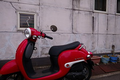 20181114_RX_00219 (NAMARA EXPRESS) Tags: street motorcycle vehicle red building house concrete daytime autumn fall cloudy outdoor color landscape toyonaka osaka japan sony rx0 dscrx0 carlzeiss tessar t 424 namaraexp