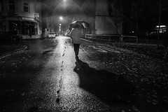 A rainy night walk (Black&Light Streetphotographie) Tags: mono monochrome menschen menschenbilder people personen portrait peoples portraits urban tiefenschärfe rain rainy regen regentropfen raindrops regnerisch wow waterdrops wassertropfen availablelight sony streetshots streets streetshooting streetportrait street schwarzweis streetphotographie sw sonya7rii dof depthoffield fullframe vollformat city closeup blackandwhite bw blackwhite bokeh bokehlicious blur blurring