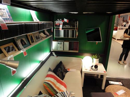 イケアの家具で作った秘密基地風ロフトベッド下と題した写真