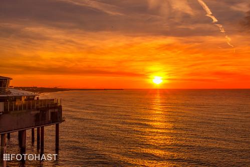 Zonsondergang op de Noordzee vanaf de Schevingse Pier