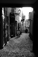 Outlet (Leica M6) (stefankamert) Tags: stefankamert bellagio outlet italy film analog grain mood tones people leica leicam6 summicron dr dualrange kodak trix noir blackandwhite blackwhite street cobblestones alley