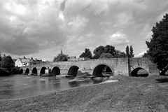 Pont-de-Gennes - Montfort-le-Gesnois - Sarthe (Philippe_28) Tags: pontdegennes montfortlegesnois sarthe 72 montfortlerotrou huisne pont 24x36 argentique analogue camera photography film 135 bw nb bridge