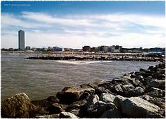 . (zioWoody) Tags: cesenatico scoglio scogli mare sea spiaggia battigia beach sabbia sand rena rocks rock grattacielo skyscraper