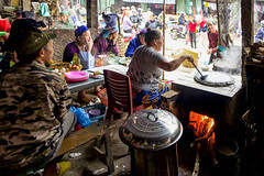 Vietnam - Restaurant populaire à Bao Lac. (Gilles Daligand) Tags: vietnam baolac restaurant populaire soupe rue feu