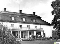 tm_6068 (Tidaholms Museum) Tags: svartvit positiv byggnad bostadshus exteriör balkong solur trädgård balcony sundial