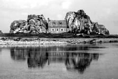 Plougrescant (Côtes-d'Armor) (PierreG_09) Tags: conversionennoiretblanc bw nb bretagne plougrescant castelmeur legouffre maison rocher