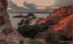 Derniere lumière d'une journée d'hiver sur Le Dramont. (Tonino A) Tags: mer plage sunset tramonto ciel nuages fujixt1 esterel ile dor le dramont débarquement cap nwn pins rouge