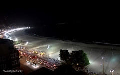 Copacabana-Rio de Janaeiro-Brasil (johnfranky_t) Tags: rio de janeiro brasile brasil copacabana johnfranky spiaggia luci bagnasciuga auto lampioni alberi chioschi onde palme palm beach praia car carro luzes lights streetlamp shore