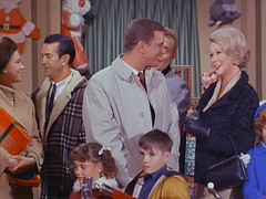 """Ted Bessell, June Vincent, That Girl, """"Christmas and the Hard-Luck Kid,"""" 1966 (classic_film) Tags: 1966 tv television sitcom situationcomedy sixties 1960s entertainment usa unitedstates american añejo alt america old vintage retro tedbessell acteur actor man akteur aktor junevincent actress aktrice actrice actriz woman schön schauspielerin beauty beautiful hübschefrau hübschesmädchen frau christmas xmas holiday"""