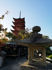 Senjokaku (bruno carreras) Tags: japon japan nippon isla island miyajima isukushima pagoda templo temple torii senjokaku hatsukaichi miyajimacho ciervo deer shika sol sun sunsen aterdecer puerto budismo budist