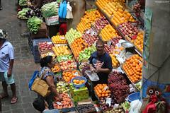 Au marché de Port-Louis (philippeguillot21) Tags: marché market markt mercado man woman homme femme lady commerçant maraicher portlouis maurice mauritius indianocean africa orange raisin pêhce kiwi pomme apple fruit légume pixelistes canon