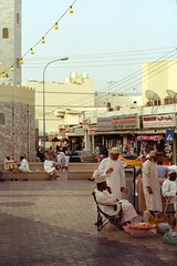 Oman 7 (Lennart Arendes) Tags: canon ae1 film kodak gold 200 fd 50mm oman maskat city cars people traffic stores evening mutrah place analog culture mosque
