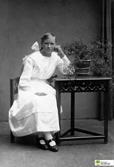 tm_6186 (Tidaholms Museum) Tags: svartvit positiv dekor rekvisita möbel bord stol flicka