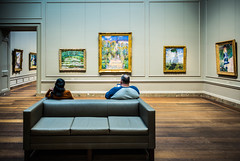 Facing fascinating masterpieces (Phg Voyager) Tags: museum nationalgalerie usa washington indoor impressionism boudin renoir boy girl leica mp 24mm summilux art masterpiece color photography view visiting phgvoyager seat seated sofa empty quiet smartphone reading thinking contemplation monet paintings