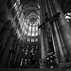 Dans la lumière (Un jour en France) Tags: monochrome carré square église cathédrale jésuschris beauvais canoneos6dmarkii canonef1635mmf28liiusm canoneflenses noiretblanc noiretblancfrance