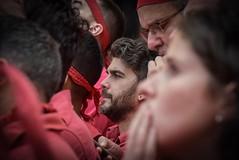 Nevis , Tensió ...... (Alex Nebot) Tags: castellers castells catalonia catalunya culture cultura tradicio humantowers tarragona vendrell nikon sigma d7200 red nens people gent gente
