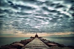 Faro e nuvole