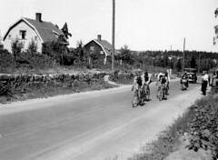tm_6517 - 1934 (Tidaholms Museum) Tags: svartvit positiv landsväg grusväg idrott cykel cykelsport sport 1934 1930talet fordon personbil car vehicle