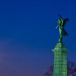 Une ange salue la pleine lune/An angel greets the full moon/En ängel hälsar fullmånen thumbnail