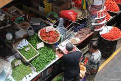 Au marché de Port-Louis (philippeguillot21) Tags: marché market markt mercado portlouis maurice mauritius indianocean africa tomate tomato haricot piment people commerçant man homme pixelistes canon client maraicher
