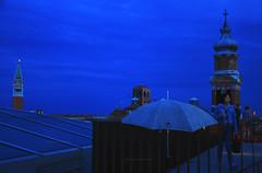 Blu avvolgente (encantadissima) Tags: venezia veneto fondegodeitedeschi tetti ombrello orablu nuvole campanili people
