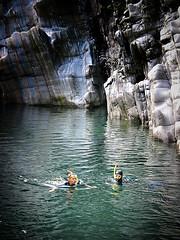 Taucher im Valle Maggia, Tessin, Schweiz (Maquarius) Tags: taucher schnorchler valle maggia bach fluss fels wand tessin schweiz wasser badende schwimmer