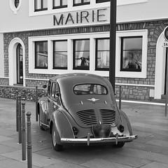 P1060093 (pierre.pruvot2) Tags: renault 4cv france pasdecalais panasonic lumix gx80 audinghen capgrisnez nb véhicule vintage car fifties bw