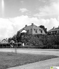 tm_5915 - Tidaholm, Västergötland 1936 (Tidaholms Museum) Tags: svartvit positiv byggnad exteriör bostadshus stadsgata 1936 1930talet postlåda