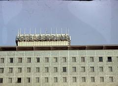 Ost-Berlin 1965 - Neue Architektur (Seesturm) Tags: 1965 seesturm berlin architektur ostberlin stalinallee karlmarxallee alex alexanderplatz rotesrathaus unterdenlinden staatsratsgebäude dom berlinerdom hausdeslehrers kongresshalle wache wachablösung dia dias deutschland germany