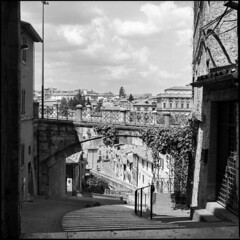 Via Appia, Perugia (BG Sixtyniner) Tags: italia umbria perugia viaappia historical centrostorico bridge viadellacquedotto monument medieval ancient old houses hasselblad 500cm carlzeiss planar f28 80mm mediumformat 6x6 square rollfilm 120 analog bw blackwhite homedev ilford hp5 expired outdated microphen stock 10 canoscan 9000f vuescan