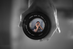 Looking through Vintage Glass (MartinFechtner-Photography) Tags: sonyalpha sonya7s a7s canon canonfd35mm f2 vintagelense legacyglass analog linse objektiv mirror selfie 35mm blach white schwarz weis