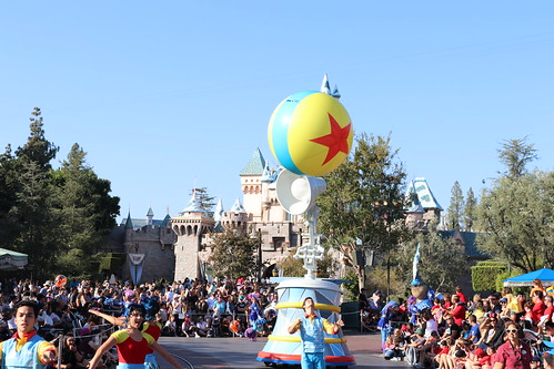 "Luxo Jr. - Pixar Play Parade Disneyland • <a style=""font-size:0.8em;"" href=""http://www.flickr.com/photos/28558260@N04/44226095890/"" target=""_blank"">View on Flickr</a>"
