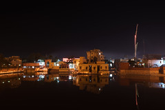 Shyamakund in Dipawali (thomas.pirolt) Tags: india nikon nikkor 24mm 24mm28 28 ais syamakund shyamakund radhakund dipawali diwali divali dipavali night art light lights candle fire beauty radha krishna krsna radharani braj vrindavan